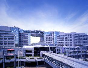 空港駅と第1ターミナルビルに直結。手荷物カートを押したまま、歩いてチェックインができます。