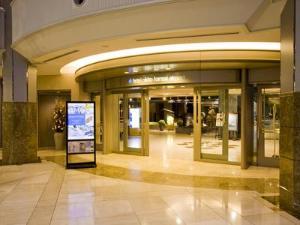 ホテル2階入り口。空港の手荷物カートを押したまま、らくらく移動。