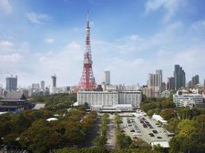東京タワーを背に、都心とは思えない豊かな緑に囲まれたホテル。