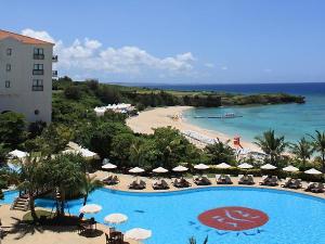 お客様専用プールの向こうには、沖縄本島屈指の透明度を誇るニライビーチが広がります!