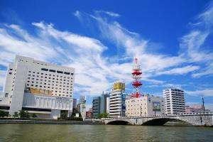 新潟市の中心部、萬代橋の袂に建つホテルオークラ新潟