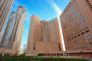 新宿西口の高層ビル街に位置しており、隣には東京都庁、ホテル後ろには新宿中央公園が広がります。