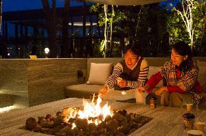 ■焚火のリビング(宿泊者専用エリア) ゆらめく炎で軽く炙りながら、焼きマシュマロ作りをお楽しみいただけます。