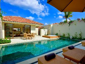 【クラブプールヴィラ 2ベッドルーム】リビングルームと2つのベッドルームがプライベートプールを囲むように配されたヴィラタイプの客室。