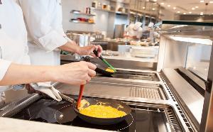 青森県蓬田村産の「福々たまご」でシェフがお客様の目の前で作る玉子料理は、朝食の目玉です。
