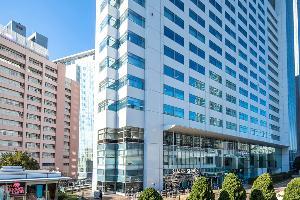 新宿駅南口よりサザンテラスの遊歩道を進むと、小田急ホテルセンチュリーサザンタワーがございます。